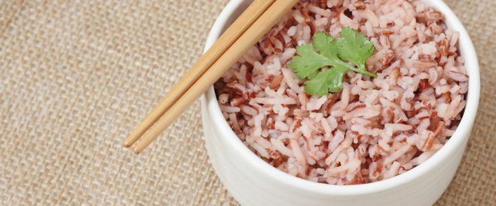 Miseczka ugotowanego ryżu brązowego z pietruszką z pałeczkami