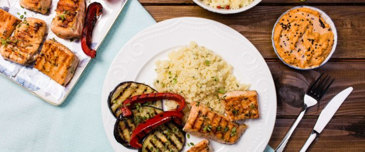 Kuskus izraelski marki Halina z grillowanym łososiem i warzywami