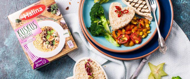 Wegetariańskie chilli z kuskusem izraelskim marki Halina, awokado i serem pleśniowym