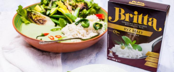 Wegańskie curry z zielonych warzyw z ryżem białym