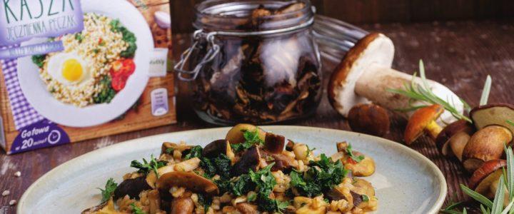 Pęczotto z leśnymi grzybami, czipsami z jarmużu i świeżym rozmarynem