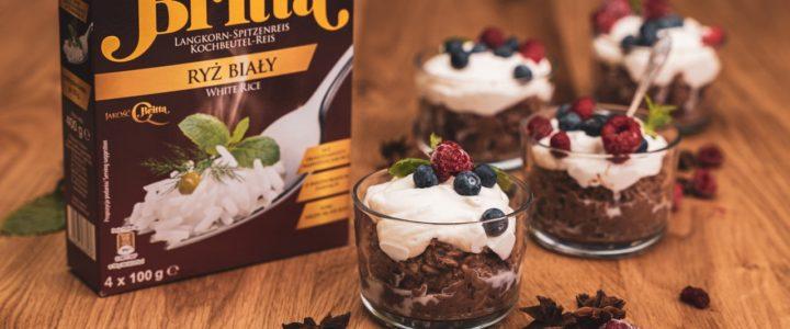 Pudding ryżowy czekoladowy z owocami i bitą śmietaną