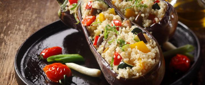 Bakłażan zapiekany z komosą ryżową, papryką i cukinią